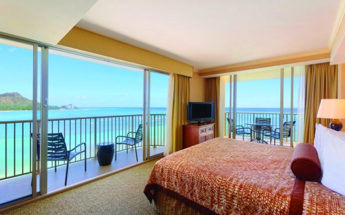 Traumhafter Ausblick, allerdings noch mit altem TV – Zimmer im Waikiki Beachcomber Resort in Hawaii (Foto: Outrigger Hotels and Resorts)
