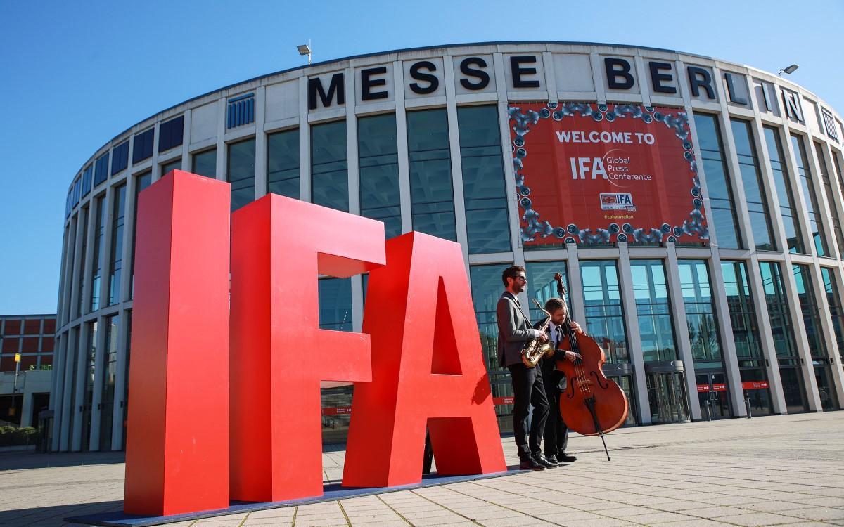 Zwei Musiker begrüßen die wenigen physischen Gäste der IFA 2020 Special Edition vergangenes Jahr in Berlin (Foto: Messe Berlin GmbH)