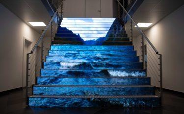 LED-Treppe von Ledall Media Engineering für die neue FIrmenzentrale von Naturstein Steinmann (Foto: Ledall)