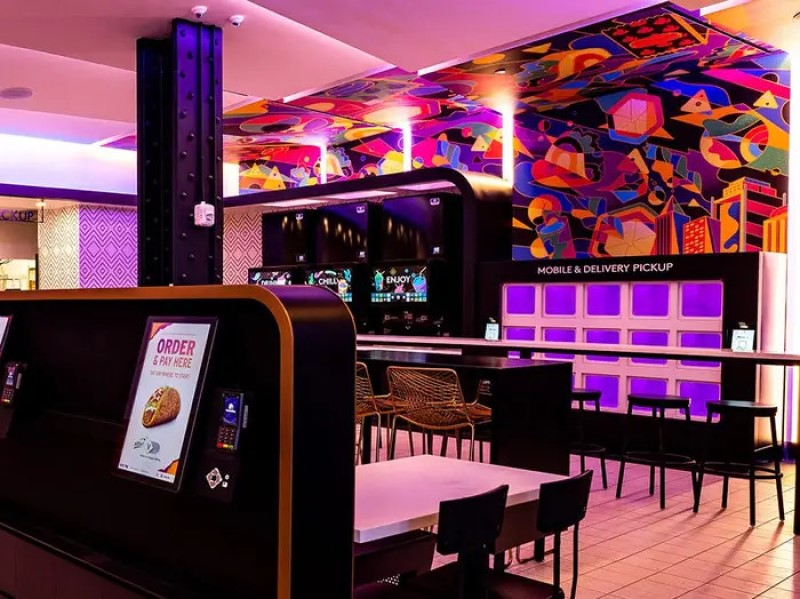 Rechts sieht man neben den Getränkespendern mit Touchdisplay die Neon-beleuchteten Schließfächer für App-Besteller (Foto: Taco Bell)
