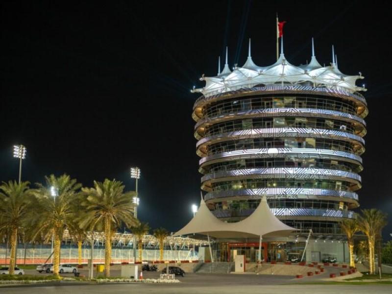 Der Clubhouse-Tower am Bahrain International Circuit strahlt mit neuer LED-Fassade (Foto: StandardVision)