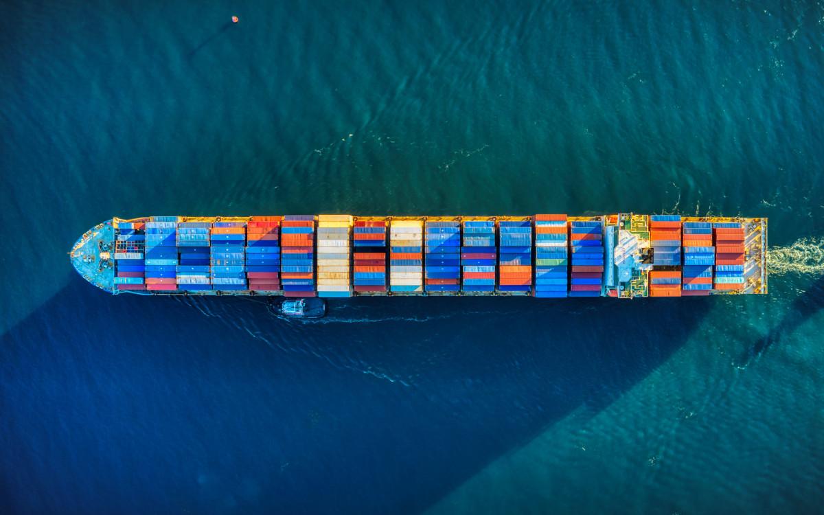 Containerschiff (Foto: Cameron Venti / Unsplash)