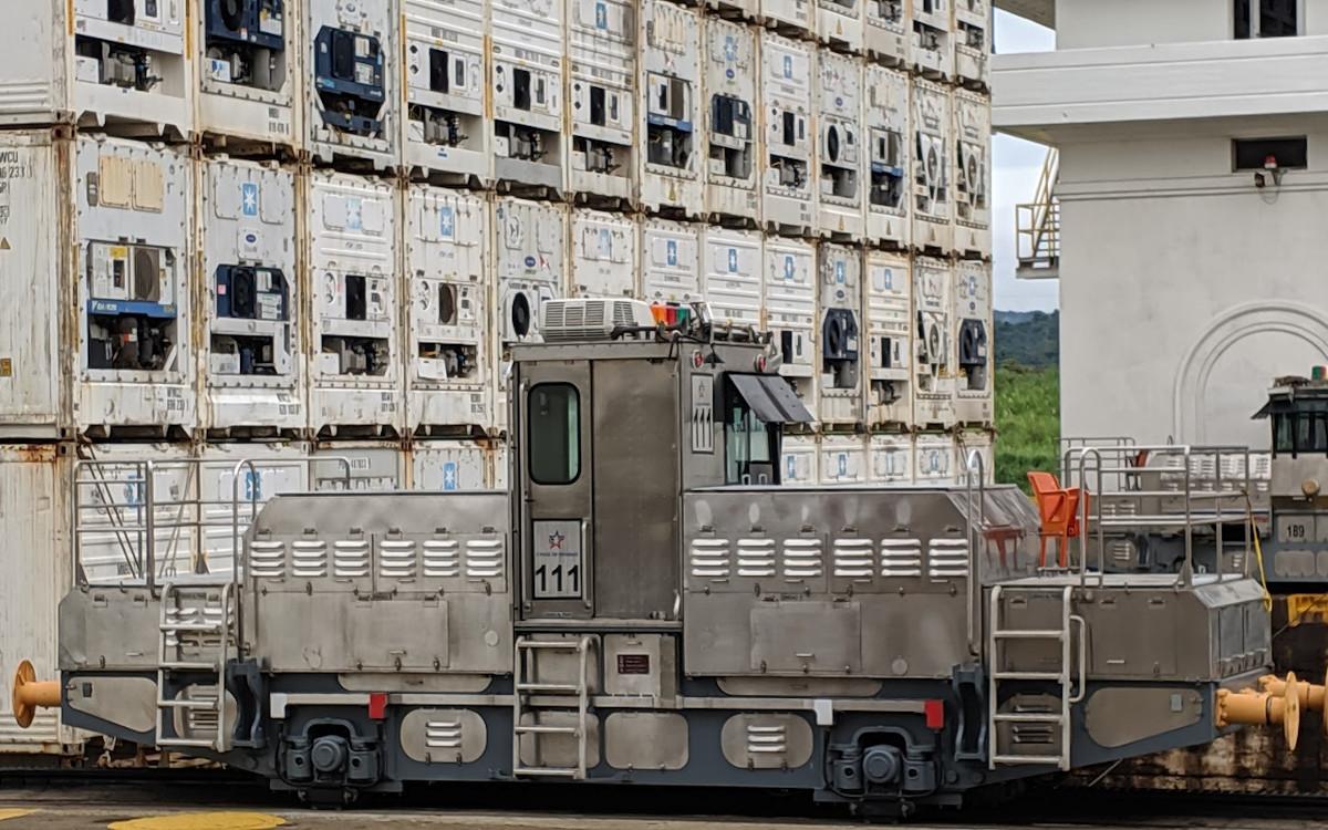 Eisenbahn trifft Containerschiff am Panamakanal (Foto: invidis)