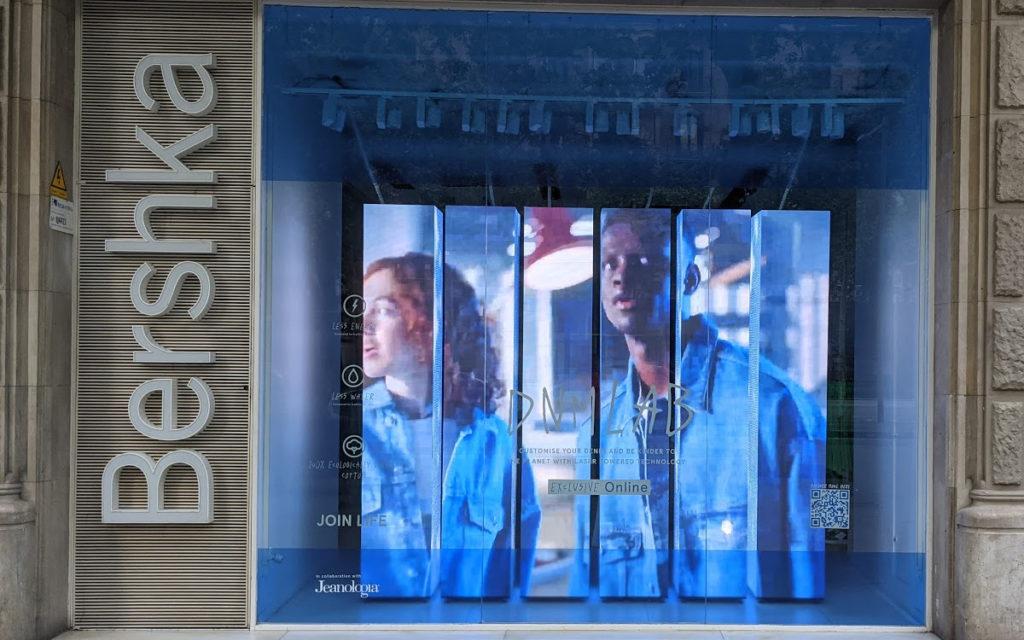LED-Schaufenster bei Bershka in Barcelona (Foto: invidis)