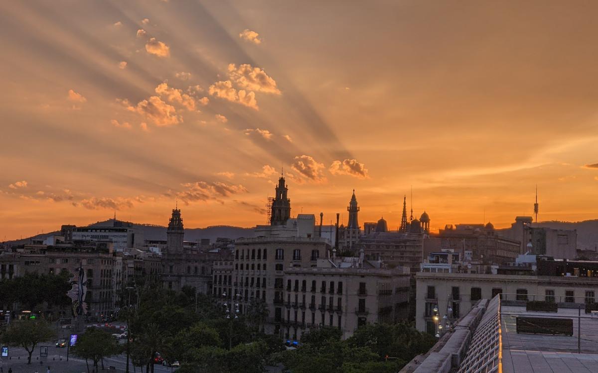 Sonnenuntergang über Barcelona - Morgen: ISE (Foto: invidis)
