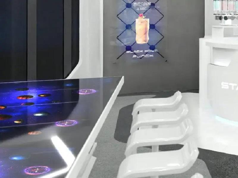 Links die interaktive Infinity-Table, hinten eine Holo-Wall von Hypervsn im Starship Club (Foto: MSC)