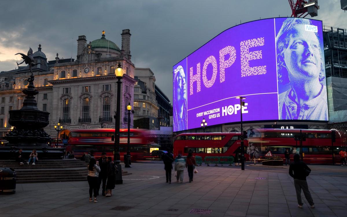 Kampagne für den brittischen NHS auf den Piccadilly Lights in London (Foto: Ocean Outdoor)