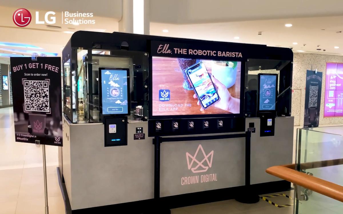 Robo-Barista 'Ella' in Singapur – ein transparentes OLED-Display von LG wirbt erst für Kaffeespezialltitäten und gibt dann EInblick in die Zubereitung im Inneren des Kiosk (Foto: LG/Crown Digital)