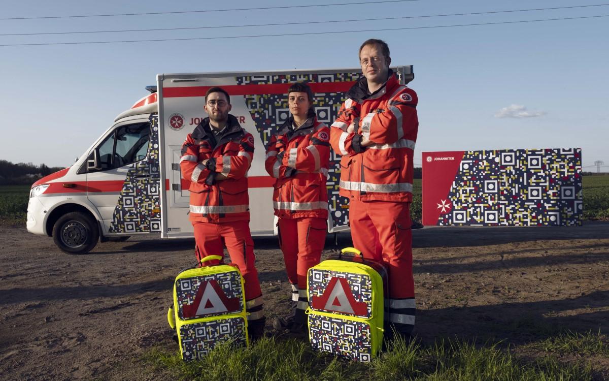 Ein Design, das Leben retten kann – Johanniter mit QR-Ausrüstung (Foto: Scholz & Friends)