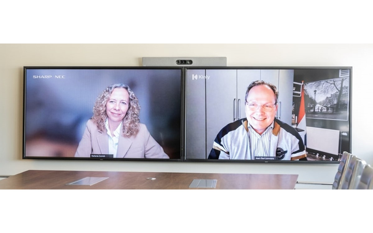 Stefanie Corinth und Jean-Paul Lemmens feiern die globale Partnerschaft zwischen Sharp/NEC und Kinly im Meetingraum (Foto: Sharp/NEC)
