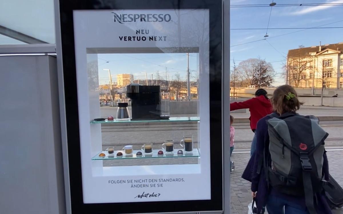 Für eine Nespresso-Kampagne hat Clear Channel einige seiner City Lights kurzerhand in Mini-Schaufenster verwandelt (Foto: Clear Channel)