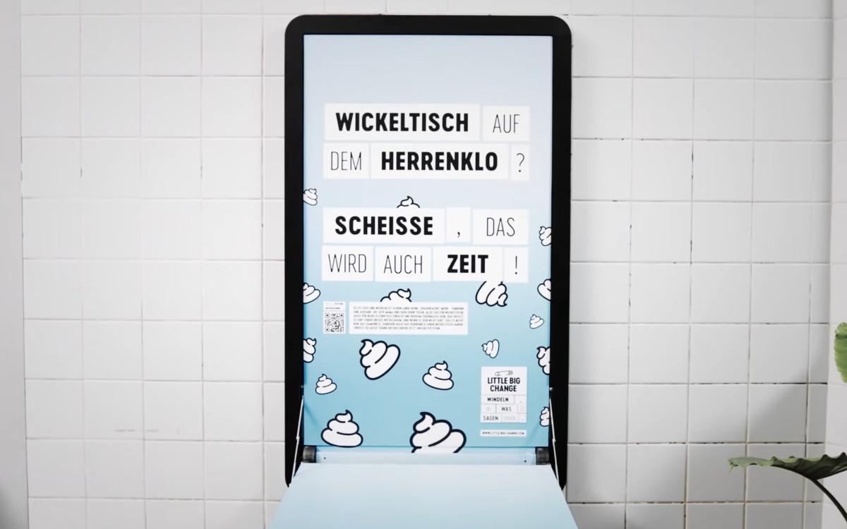 Little Big Change und Jung von Matt machen das Plakat zum Wickeltisch, bis es ordentliche Möglichkeiten auf Männertoilette gibt (Foto: Jung von Matt)