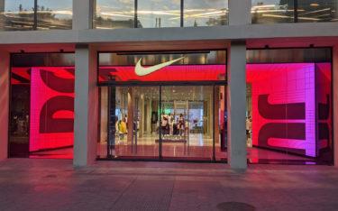 LED-Torbogen im Eingangsbereich des Nike Stores Barcelona (Foto: invidis)