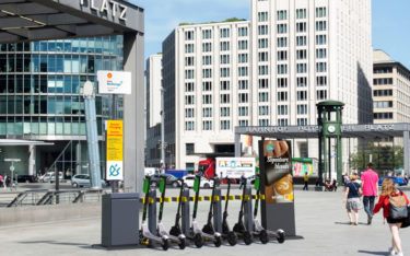 Shell Micromobility Hub mit DooH-Screens in Berlin (Foto: Swiftmile)