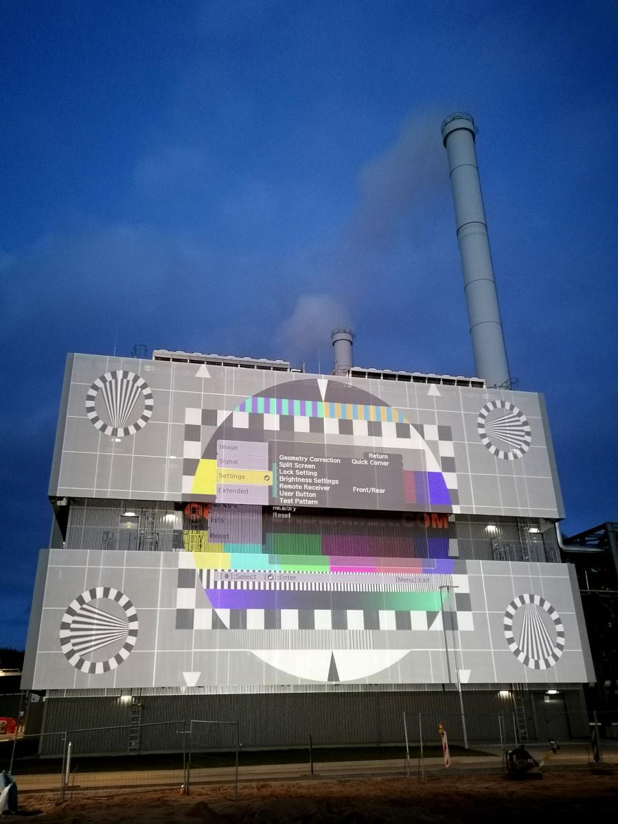 Projektion am Kraftwerk Kiel (Foto: Epson)