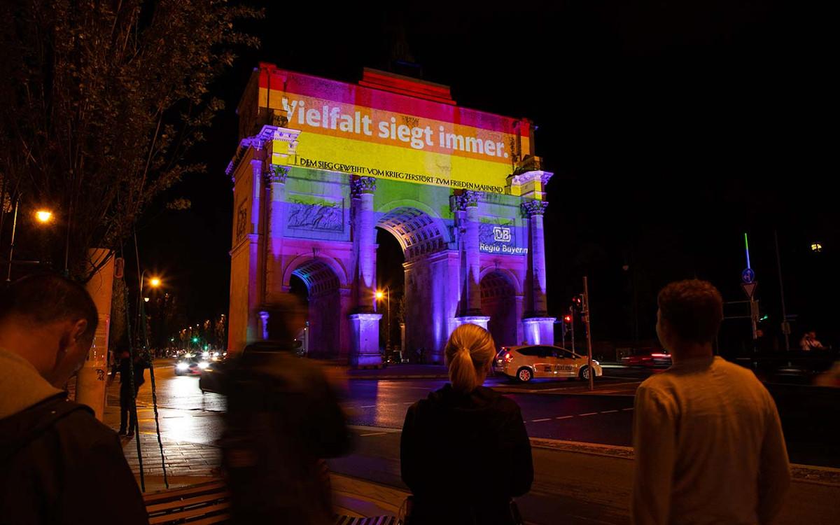 Planus Media verwandelte für DB Region das Münchner Siegestor (Foto: Planus)