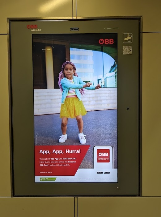 ÖBB Werbung Screens mit Sensor und Datenschutzhinweis (Foto: invidis)