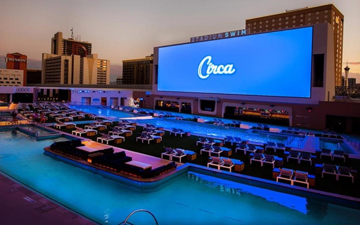 Das Outdoor-LED-Display im Pool-Bereich ist nur eines der ultragroßen Displays, die im Circa Resort & Casino installiert sind. (Foto: Daktronics)
