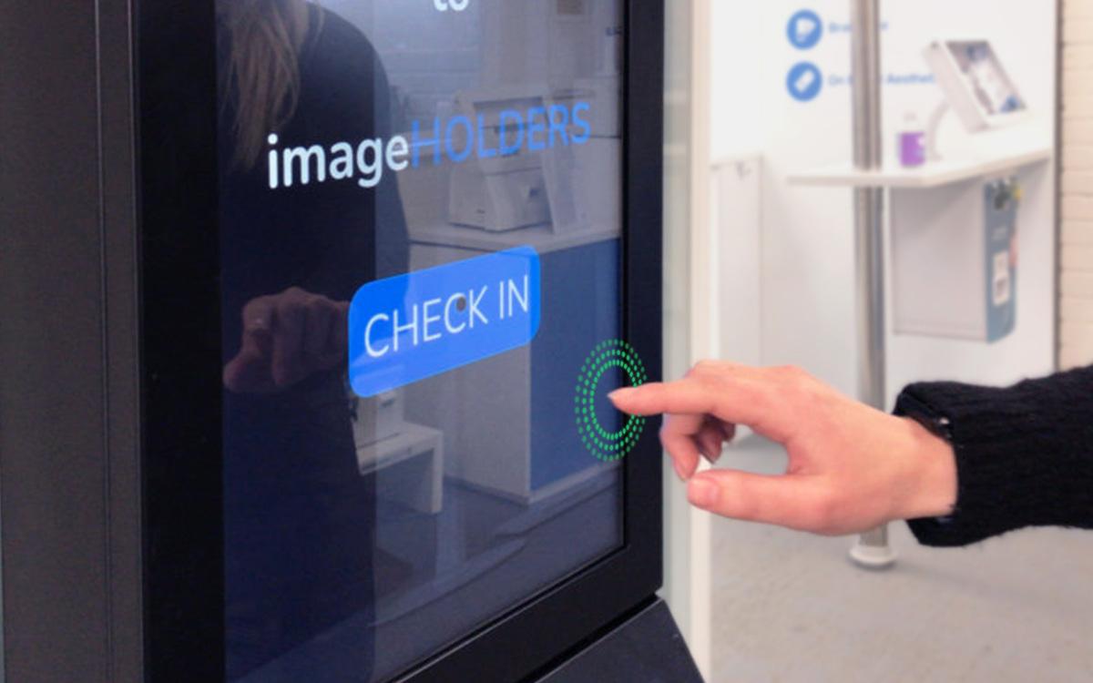 Beim neuen Touchless-Kiosk von imageholders sind zum Bedienen nur noch Handgesten nötig. (Foto: imageholders/Ultraleap)