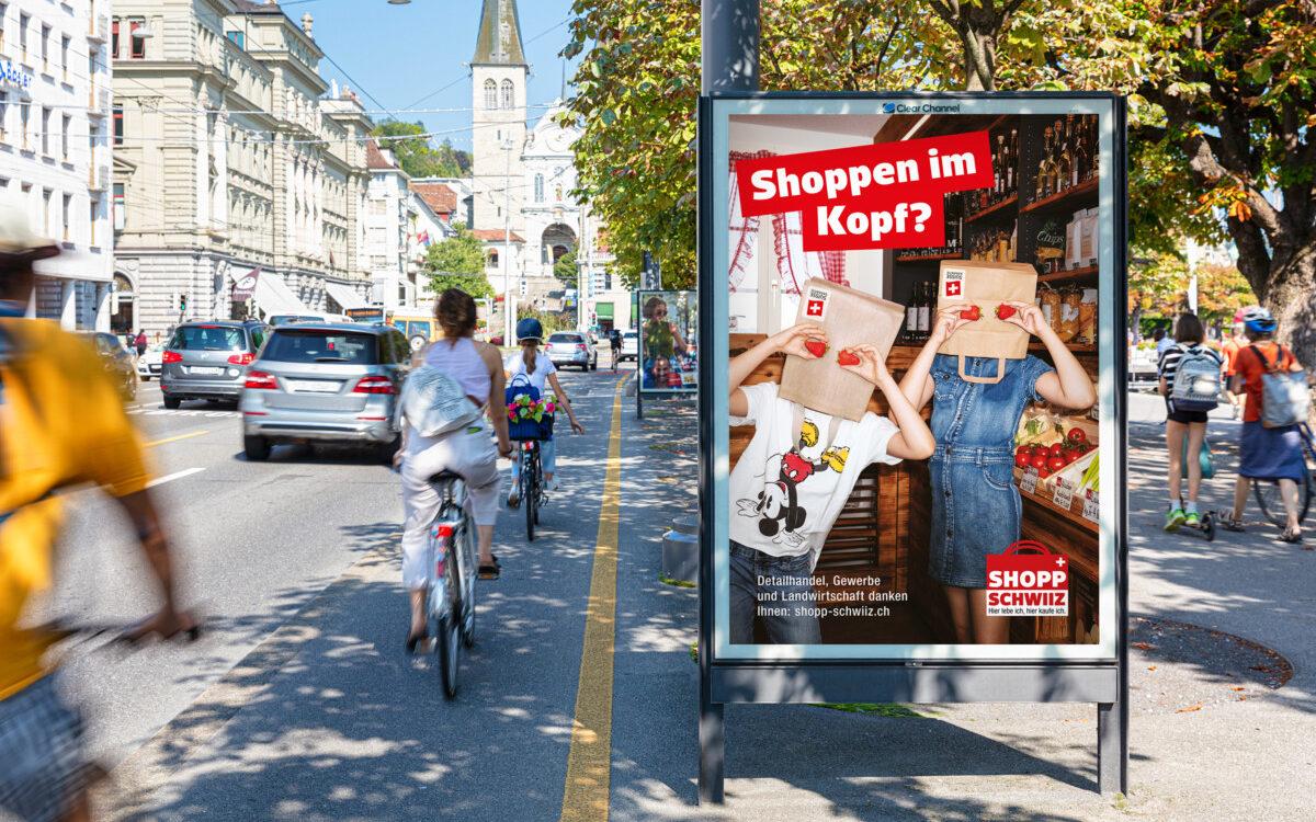 Mit Einkaufstüten auf dem Kopf wird für den lokalen Einkauf in der Schweiz geworben. (Foto: Clear Channel)