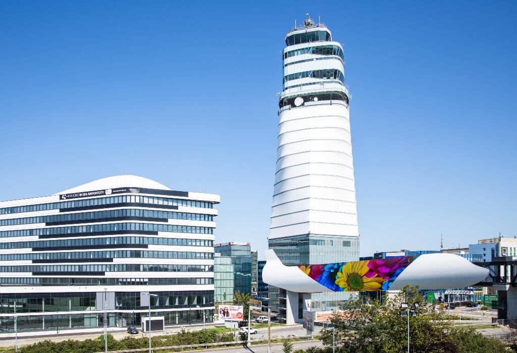 Die Video-Wall in Form eines Flugzeugs wurde 2020 fertiggestellt. (Foto: Flughafen Wien AG/Airport Media).