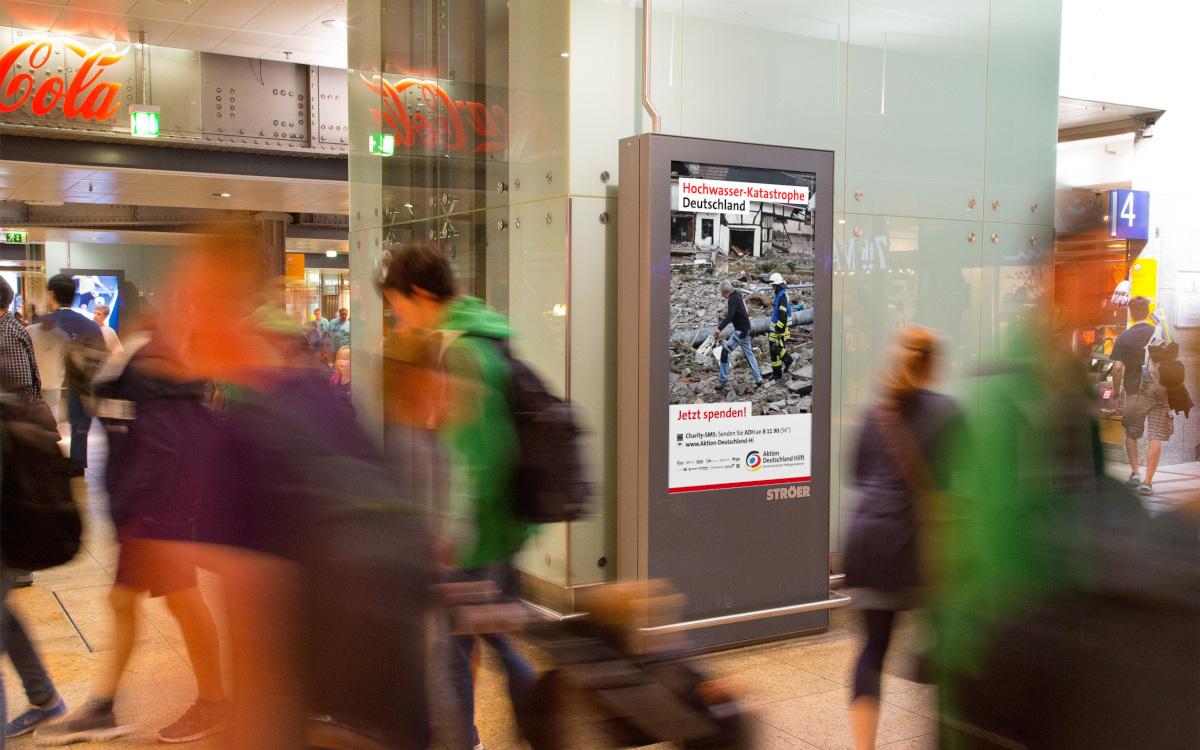 Mock-up des Kampagnenmotivs auf einem DooH-Screen (Foto: planus media)