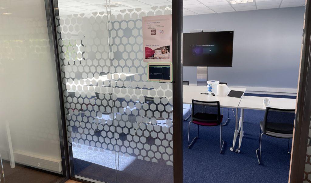 Bei der Installation auf Glaswänden hilft der neue PoE/Ethernet-Adapter. (Foto: Innes)