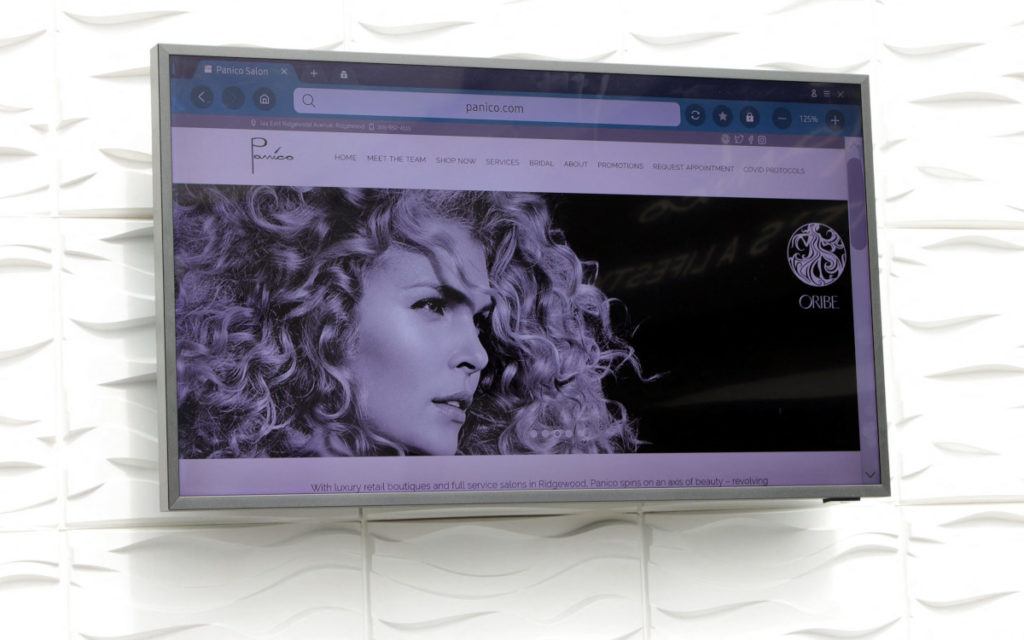 Digital-Signage-Screen an der Wand (Foto: Mike Coppola/Getty Images for Samsung and Panico Salon)