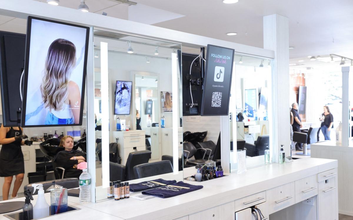Im Panico Salon in New Jersey kann man sich nicht nur die Haare schneiden lassen - ein digitales Shoppingerlebnis ist mittlerweile Teil des Konzepts. (Foto: Mike Coppola/Getty Images for Samsung and Panico Salon)