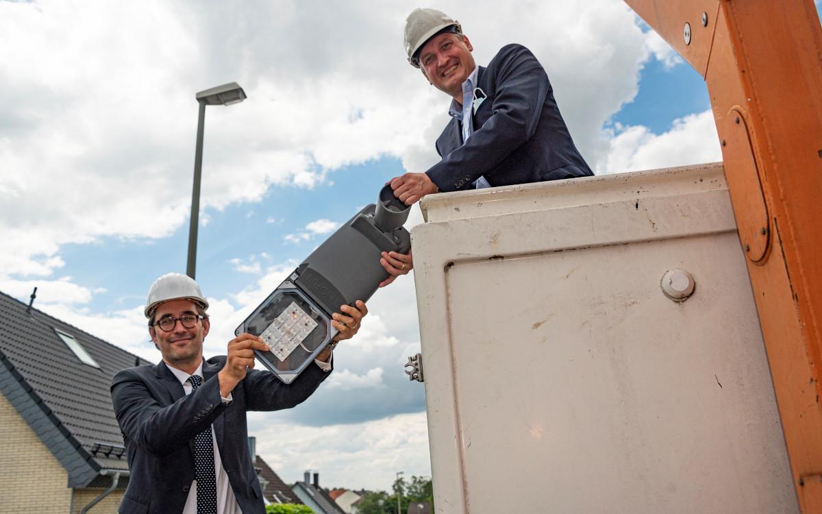 WSW-Vorstandsvorsitzender Markus Hilkenbach (rechts) und Marcus Sohns, Mitglied der Geschäftsleitung von Engie Deutschland, mit einer LED-Straßenleuchte, die beim Pilotprojekt in Schöller-Dornap verwendet wird. (Foto: Stefan Tesche-Hasenbach)