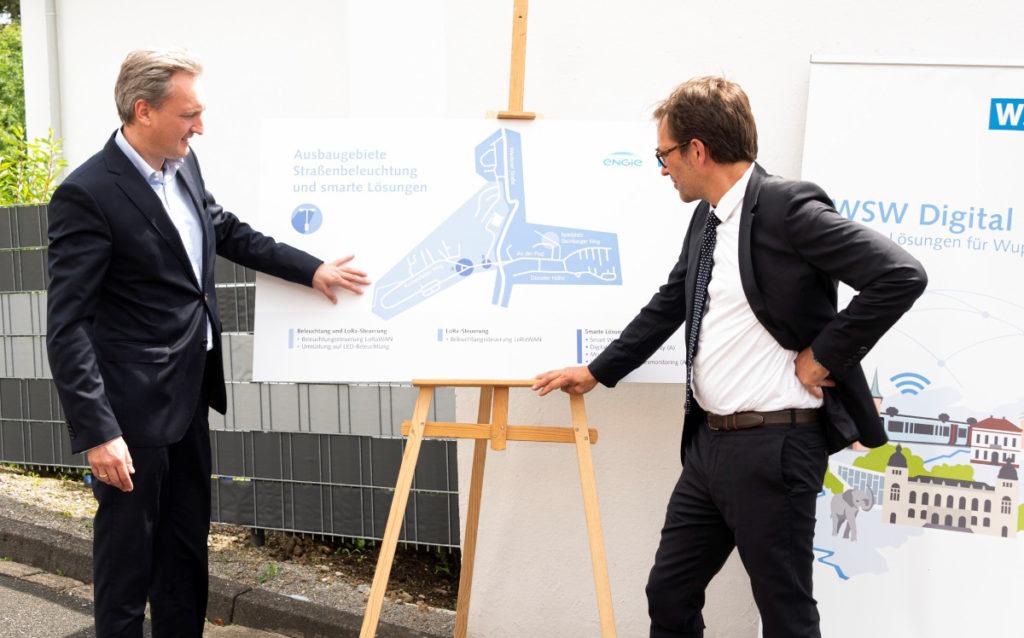 Markus Hilkenbach von den Wuppertaler Stadtwerken (links) und Marcus Sohns von Engie stellen das digitale Pilotprojekt in Schöller-Dornap vor. (Foto: Stefan Tesche-Hasenbach)