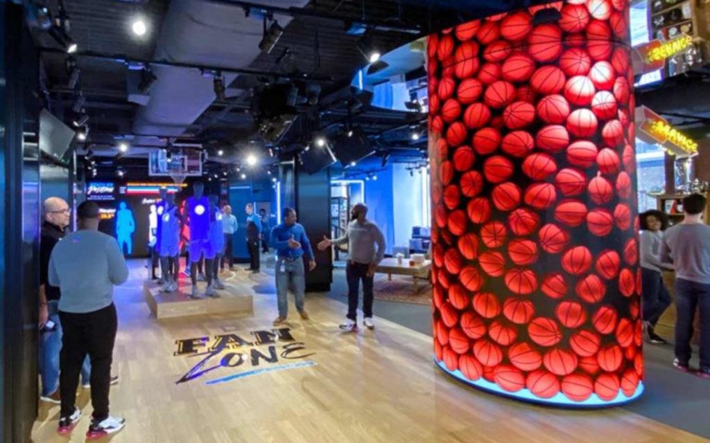 Blickfang im AT&T Experience Store ist die LED-Säule. (Foto: SNA Displays)