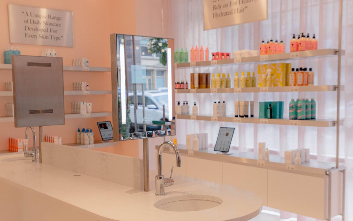 Der Folio Mirror von Swarm ermöglicht digitale Interaktion im physischen Retail. (Foto: Swarm Group)