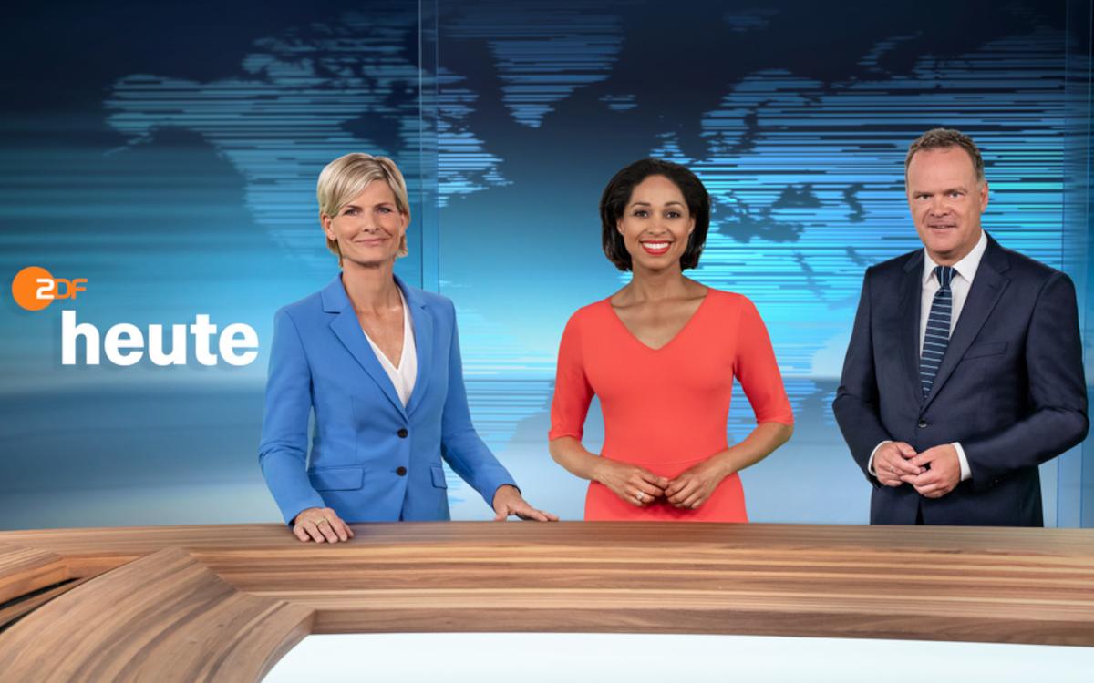 """Barbara Hahlweg, Jana Pareigis und Christian Sievers (von links) präsentieren im Wechsel die 19-Uhr-""""heute""""-Sendung aus dem neuen ZDF-Nachrichtenstudio. (Foto: ZDF, [F] Jana Kay, [H] Corporate Design)"""