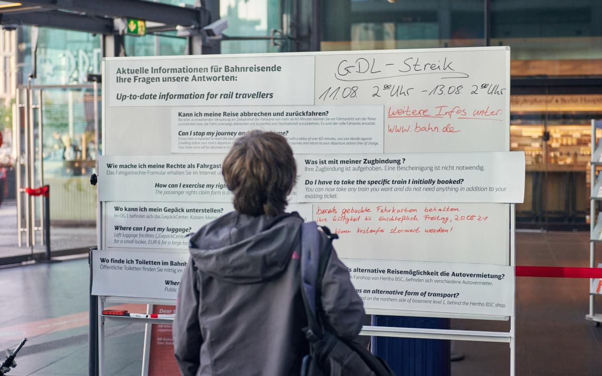 Mit viel Handarbeit geht es - DB Info bei Streikbeginn (Foto: DB)