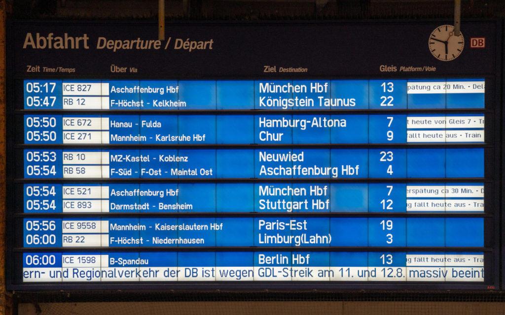 Nur noch wenige Züge fahren - Anzeigentafel in Frankfurt (Foto: DB)