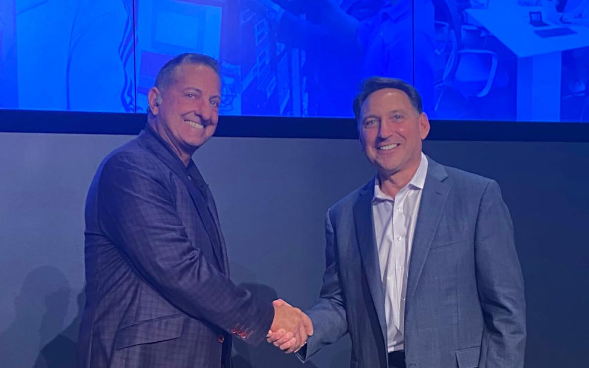 Diversified CEO Fred D'Alessandro und Dana Barron vereinbaren Übernahme (Foto: Diversified)
