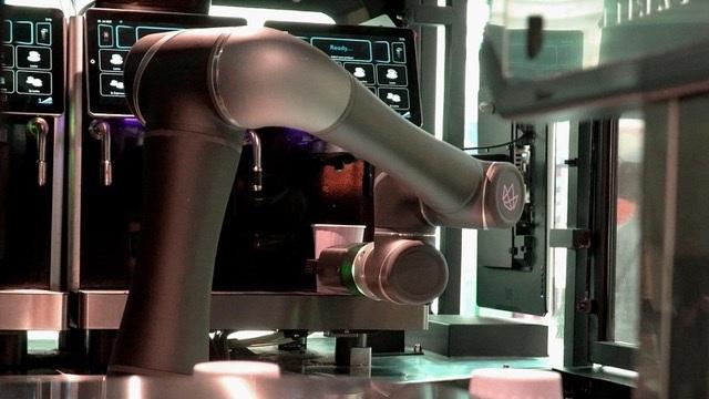 Ella Roboter Coffee Shop (Foto: Crown Digital)