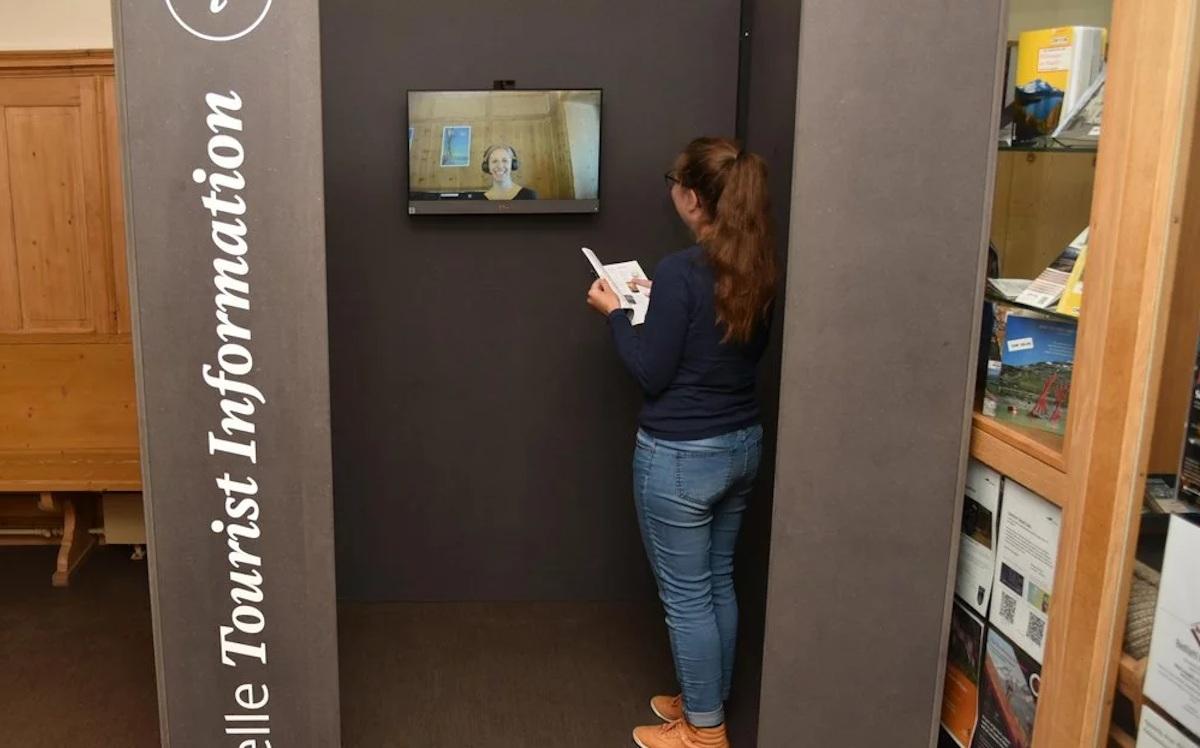 Die virtuelle Beratung im Bahnhof Bever könnte künftig die Öffnungszeiten der Tourist Info erweitern. (Foto: ESTM)