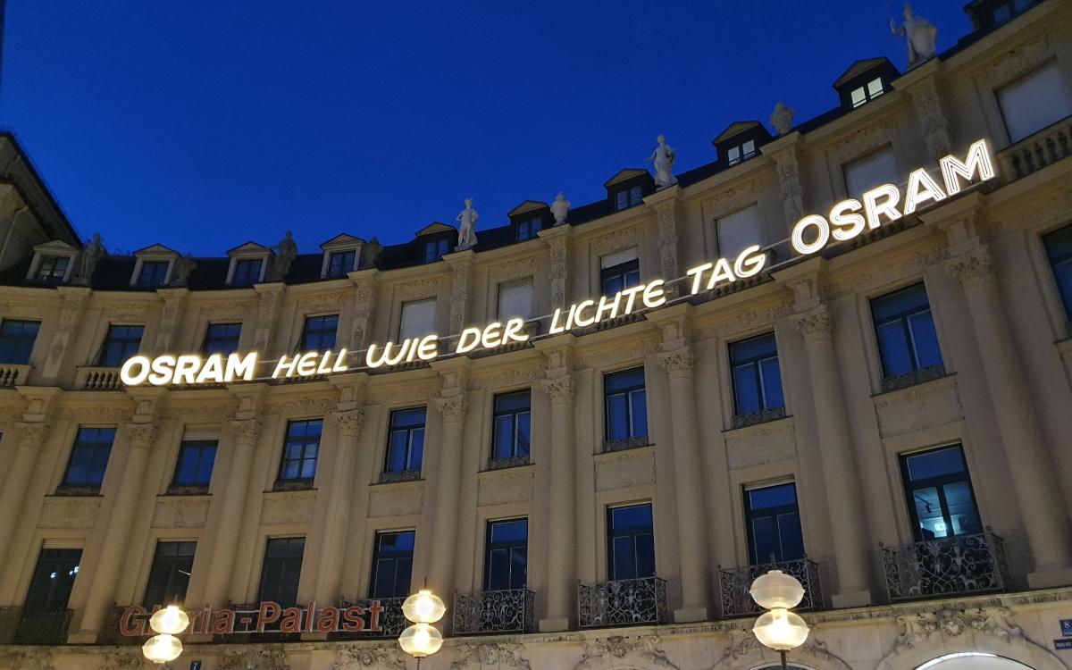 Seit 2021 leuchtet der Osram-Schriftzug am Münchner Stachus wieder. (Foto: invidis)