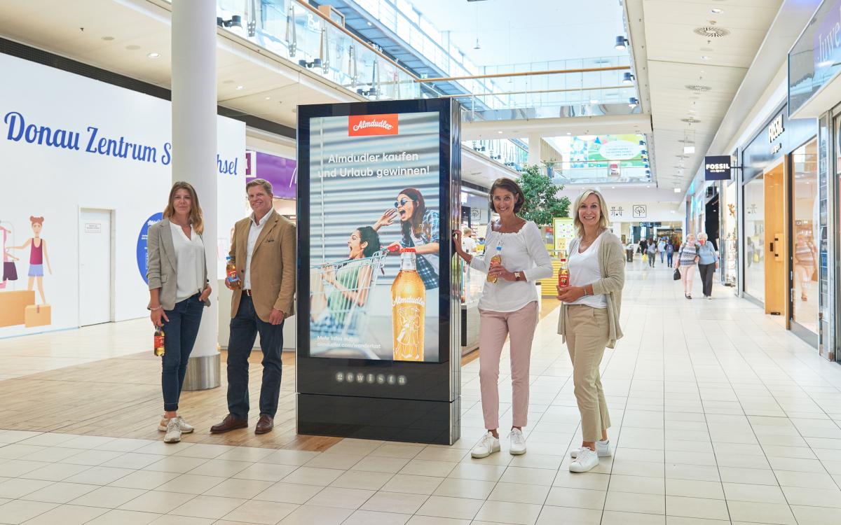 Herz der Almdudler-Kampagne mit Gewista sind die digitalen City Lights. Im Bild von links: Valerie Semorad (Teamleiterin Brand Management, Almdudler), Claus Hofmann-Credner (Marketingleiter, Almdudler), Andrea Groh (CSO, Gewista), Heike Fischer (Shopping Center Advertising Manager, Gewista) (Foto: Gewista)