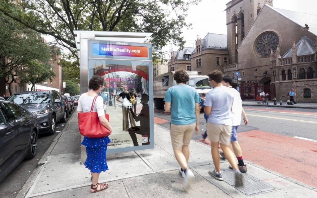 Die Netflix-Kampagne von JCDecaux arbeitet mit Spiegel-Motiven (Foto: JCDecaux)