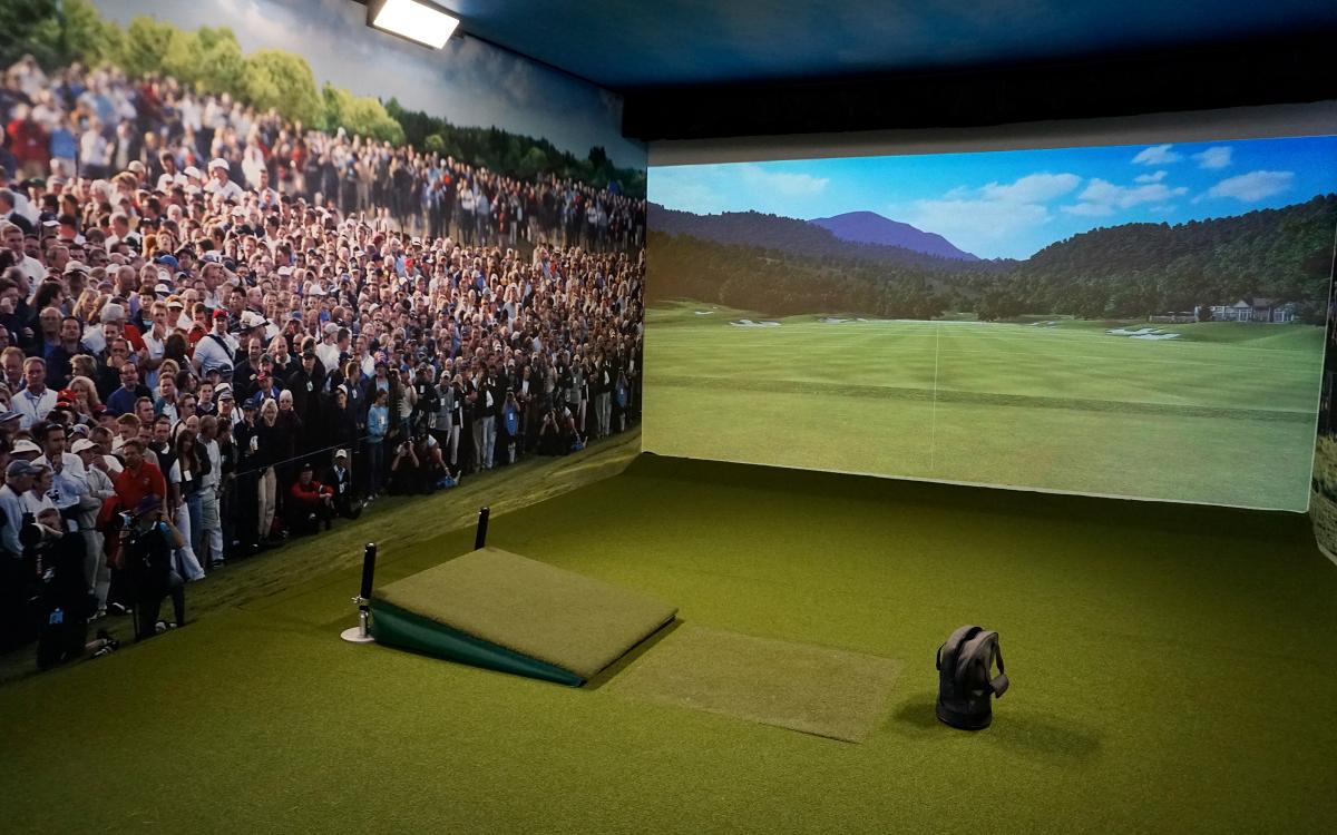 Im Performance-Center von Fenris lässt sich das Training auf weltweiten Golfplätzen simulieren. (Foto: Epson)