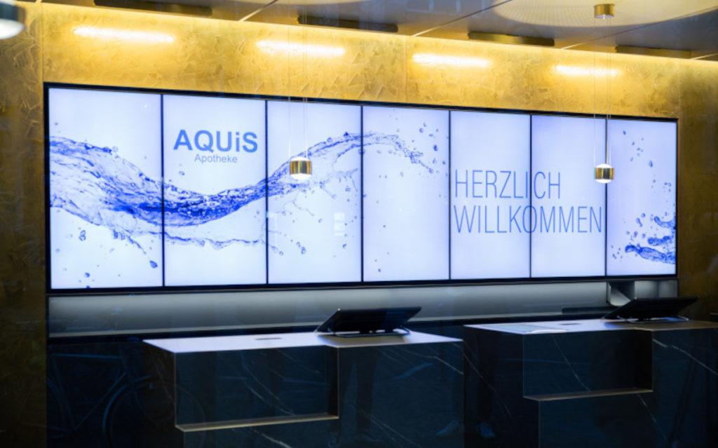 Ein großer Panorama-Screen unterstützt die Kommunikation mit der Kundschaft. (Foto: BD Rowa)
