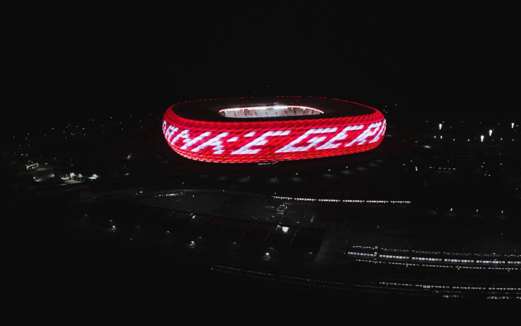 Der Schriftzug leuchtete am vergangenen Sonntagabend. (Foto: FC Bayern München)