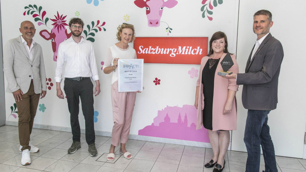 """Salzburg Milch wurde in der Kategorie """"Regio"""" ausgezeichnet. Von links: Thomas Frauenschuh, Johannes Brenner (beide Epamedia), Barbara Steigenberger, Irina Reiter-Petrova (beide PHD) und Florian Schwap (Salzburg Milch). (Foto: Epamedia)"""