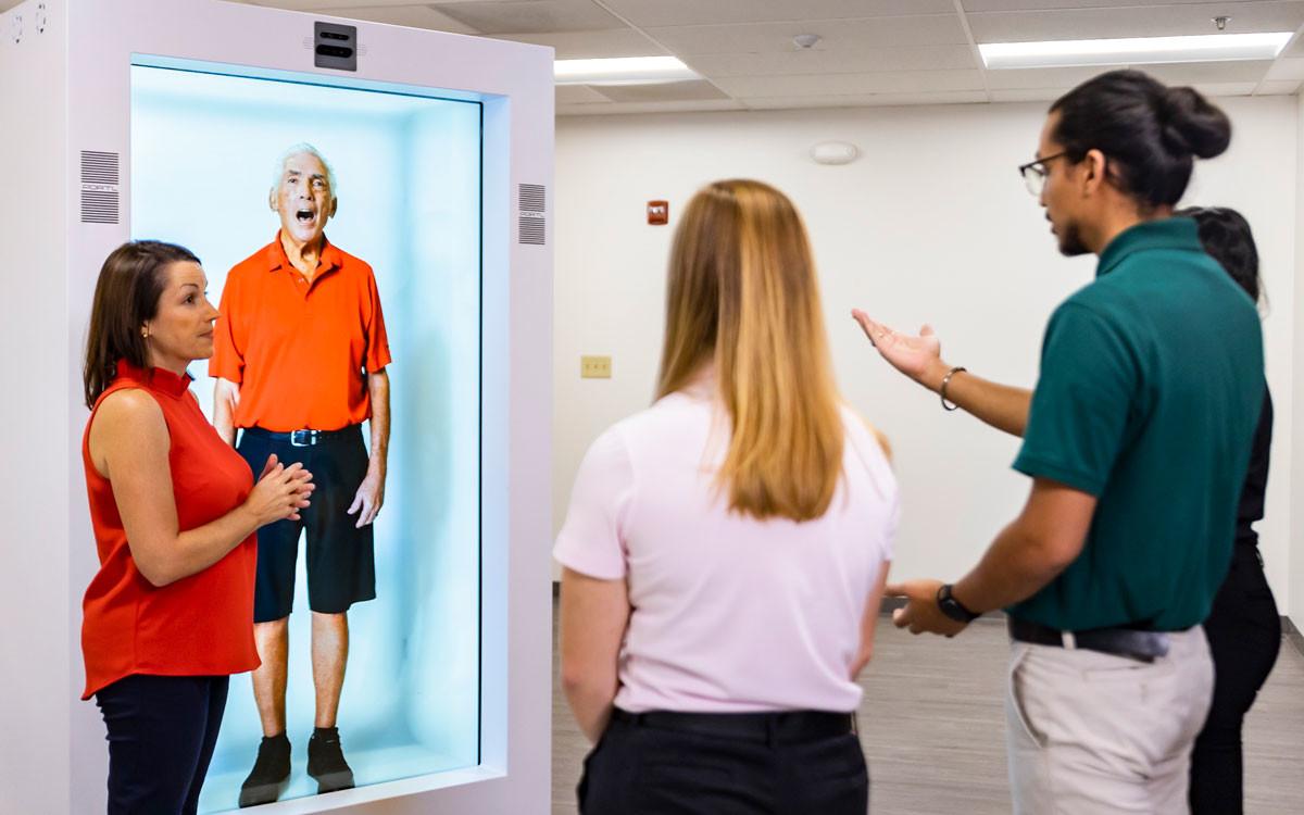 Laurie Neely, Assistant Professor für Physiotherapie, unterrichtet Studenten mit der neuen Hologramm-Patientensimulation,(Foto: Nick Leyva '15)