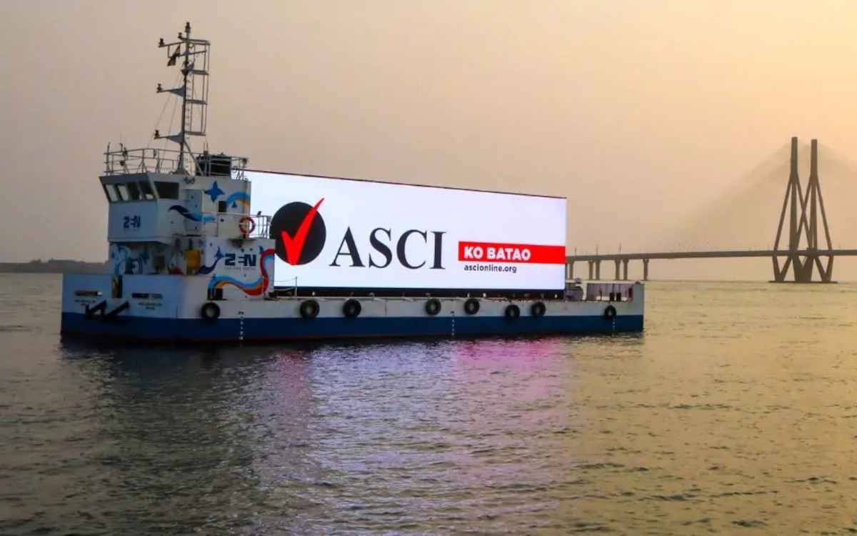 Das Display von Extreme Media schwimmt im Meer nahe Mumbai (Foto: Extreme Media)