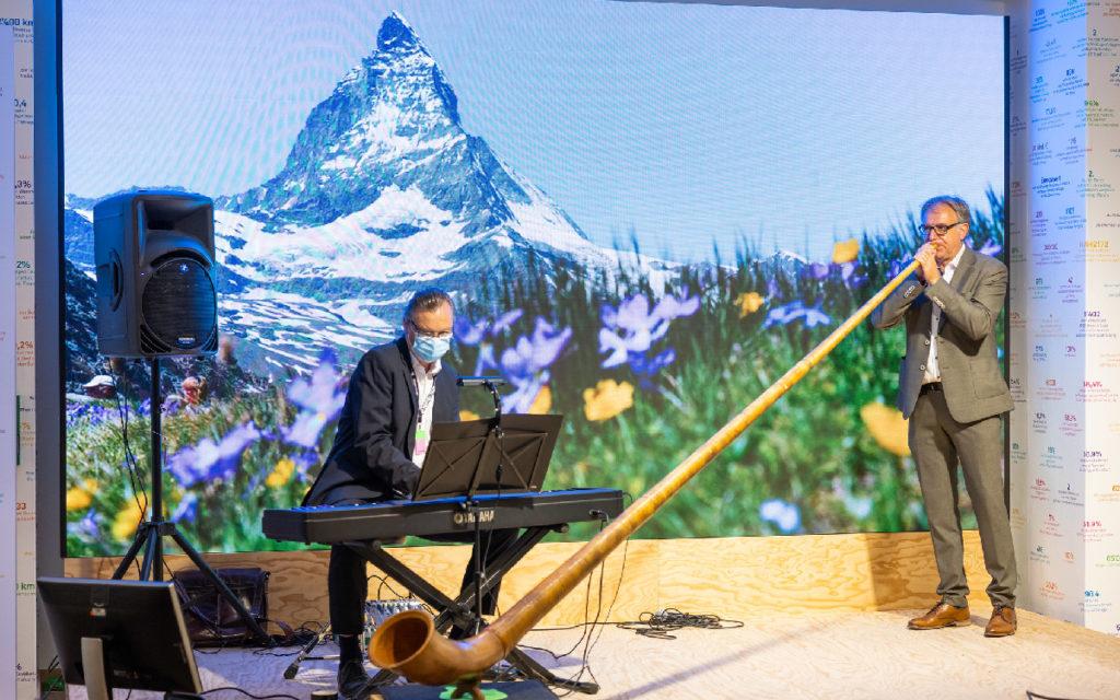 """Reales Alphorn vor virtuellem Matterhorn: Mit dieser Mischung aus Tradition und Technologie präsentiert sich die Schweiz im """"Pop-up-House of Switzerland"""". (Foto: EDA, Präsenz Schweiz)"""