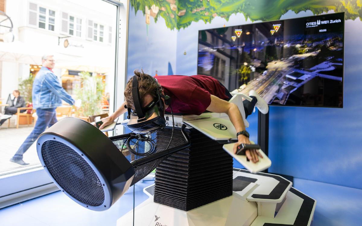 Die Virtual-Reality-Experience Birdly ermöglicht einen Flug über Zürich. (Foto: EDA, Präsenz Schweiz)